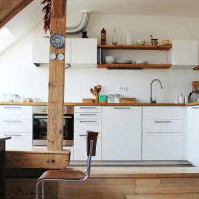 Kuchyň v půdním bytě